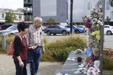 20日、ニュージーランド・クライストチャーチで、カンタベリーテレビビルの跡地を訪れた堀田和夫さん(右)と聖子さん(共同)