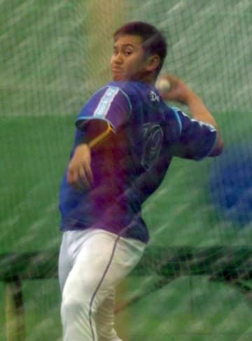 室内でボールを投げる山崎(撮影・開出牧)