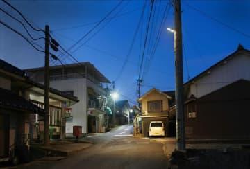 美星町に試験設置された防犯灯「手前:一部改良型(非IDA認証)、奥:通常のLED防犯灯」