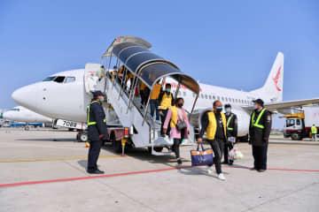 職場復帰する従業員をチャーター機で出迎え 中国企業の稼働再開が加速