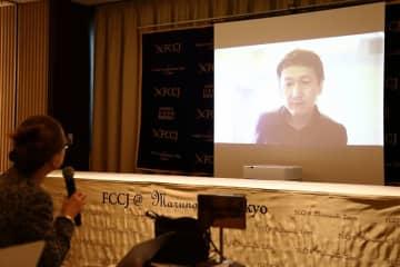 スカイプ経由で記者会見する岩田健太郎・神戸大教授。記者はモニターを見ながら質問した