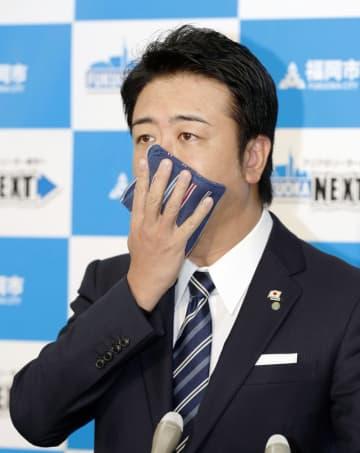 福岡市内での新型コロナウイルス感染の確認を受け、記者会見で「せきエチケット」を呼び掛ける高島宗一郎市長=20日、福岡市役所