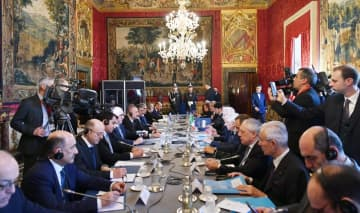 Ilham Aliyev holds expanding meeting with Italian counterpart