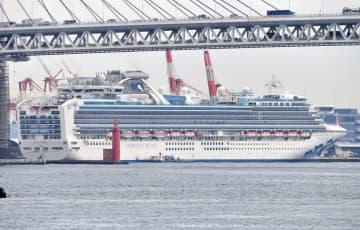 乗客らの下船が続くクルーズ船「ダイヤモンド・プリンセス」=20日正午ごろ、横浜港