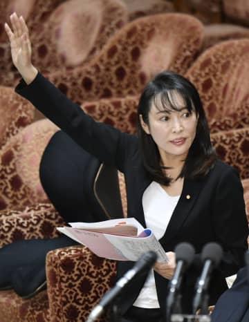 衆院予算委で答弁のため挙手する森法相=20日午前