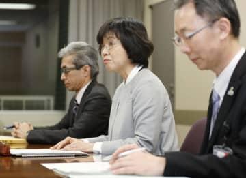 市内で2人目の感染が確認され記者会見する福岡市の担当者ら=20日夜、福岡市役所
