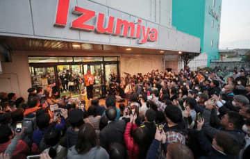 多くの買い物客らに見守られながら閉店するイズミヤ宮崎店=20日午後、宮崎市京塚1丁目