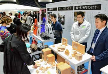 福島県のものづくりの技を紹介している福島民報社のブース