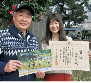 広報カメラマンの木原さん(左)と町広報担当の山田さん