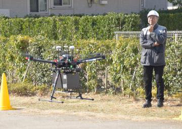 住宅街の公園に商品を配送する小型無人機ドローン=つくば市研究学園