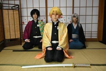 コスプレ撮影を楽しめる旅館内の撮影スタジオに座る平野さん(左)らコスプレーヤー