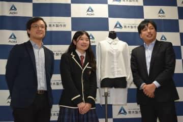 展示のシャツと(左から)丸CEO、舘野社長、青木社長=20日午後、宇都宮市