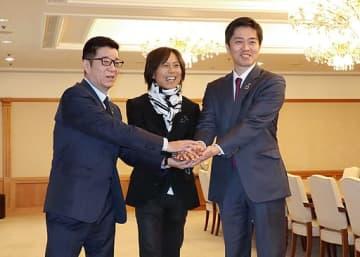 万博の盛り上げに意欲を見せるつんく♂さん(中央)と吉村知事(右端)、松井市長=20日、大阪市役所
