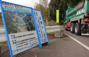 付け替え道路建設で大型車両が行き交うダム建設地近く=諫早市富川町