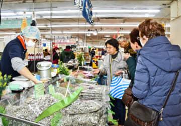 九州各県の特産品が並ぶ会場