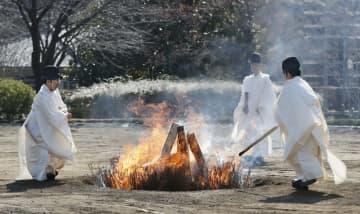 大嘗宮の解体が終わり、焼却される部材=21日午前、皇居