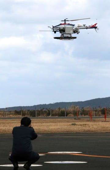 離陸する無人ヘリ=上五島空港