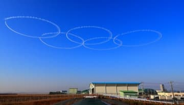 5機のブルーインパルスが一斉に旋回すると、松島基地の上空に見事な五輪が描かれた=2020年1月24日午前8時35分ごろ、宮城県東松島市