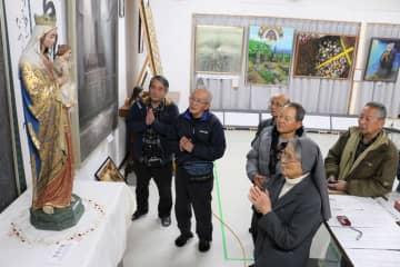 """かつて潜伏キリシタンの子孫が暮らした五島市久賀島の細石流(ざざれ)集落から、1970年ごろまでに島外へ持ち出された「聖母子像」が20日、半世紀ぶりに""""里帰り""""した。信徒らは手を合わせて祈りをささげた=久賀島潜伏キリシタン資料館"""