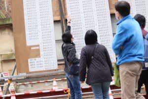 番号を見つけて指さす受験生=2019年3月10日、本郷キャンパスで(撮影・東京大学新聞社)