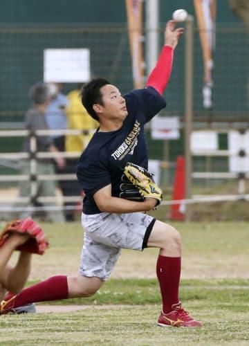 キャッチボールで調整する楽天・松井=那覇