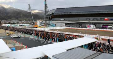新スタジアムでの試合終了後、JR亀岡駅まで長い列を作った観戦客。多くの来場者が鉄道を利用した(9日午後4時22分、亀岡市追分町)=撮影・薄田和彦