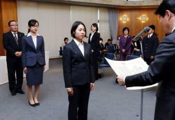 伊原木隆太知事から表彰される谷本観月選手(中央)ら=岡山県庁