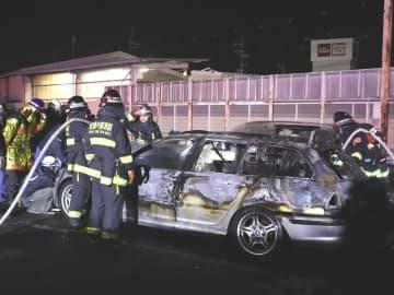乗用車など2台が燃えた火災現場(21日午後8時25分ごろ、京都府亀岡市篠町浄法寺中村)