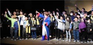 手話と字幕で演劇鑑賞 前橋で聾学校の児童ら200人