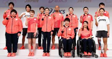 五輪オフィシャルウェアを着用する日本選手団