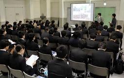 企業の説明に耳を傾ける大学生=神戸市中央区、神戸国際展示場