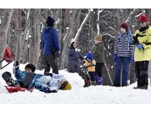 雪遊びで特別な時間を過ごす親子ら