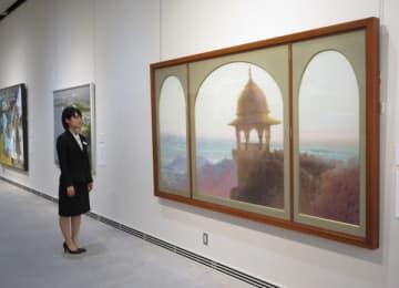 【西田さんの日本画「望」など歌会始のお題にちなんだ作品が並ぶ会場=伊勢市神田久志本町の神宮美術館で】