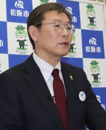 【定例記者会見に臨む竹上市長=松阪市役所で】