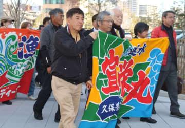 漁業被害と開門調査を訴え、入廷する漁業者ら=福岡高裁前