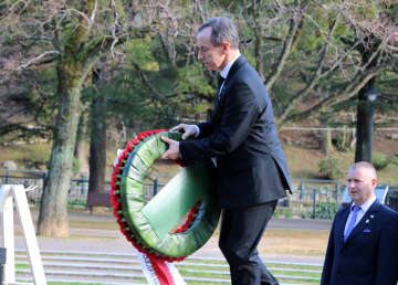 原爆落下中心地碑に献花するグロツキ上院議長=長崎市、爆心地公園