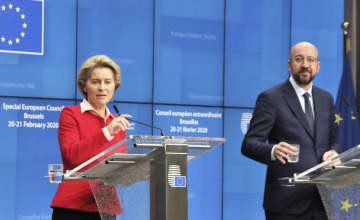 21日、ブリュッセルで行われたEU首脳会議終了後、共同記者会見するフォンデアライエン欧州委員長(左)とミシェルEU大統領(共同)