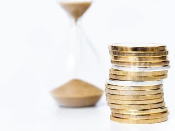 預金の利子のつき方には「複利」と「単利」があります。「複利で増える!」という説明を聞いたことがあるでしょう。さらに1年複利より半年複利、1カ月複利……と、複利の場合、利子を元本に組み込むまでの期間は短いほど有利になります。