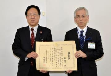 交通安全対策優良市町の表彰状を受け取った松山市の高松都市整備部長(右)