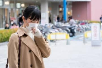 くしゃみの瞬間に外す、咳をしたら裏返す マスクしてもウイルスまき散らすマナー違反 画像
