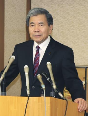 記者会見する熊本県の蒲島郁夫知事=22日午前、熊本県庁