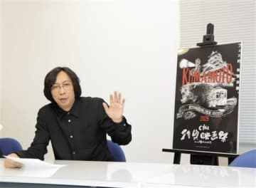 4回目となる「くまもと復興映画祭」の概要を説明する行定勲監督=22日、熊本市中央区
