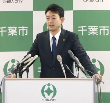 千葉市立中学校の女性教員が新型コロナウイルスに感染した件で記者会見する熊谷俊人市長=22日午前、千葉市役所