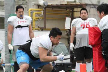 アメリカンフットボール日本代表に選ばれた現役東大生の唐松星悦選手(中央)