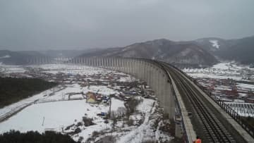 鉄道輸送の安全確保に尽力 新型肺炎と闘う鉄橋監視員