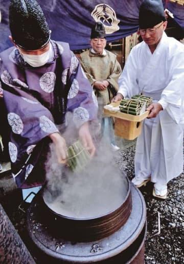 煮立った釜の中に竹筒を入れて農林水産物の豊凶を占った(21日、田辺市稲成町で)