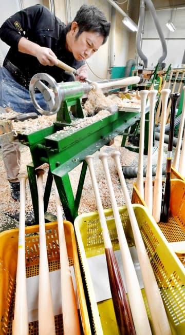 微調整を重ね、手作業で削り出されるプロ選手用バット=福井県越前市池ノ上町のゼットクリエイト武生工場