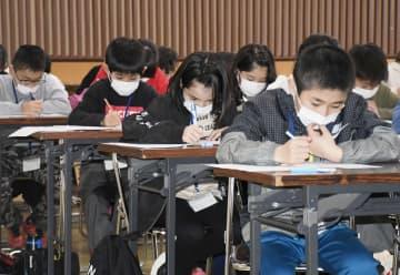 「枕崎こどもカツオマイスター検定」の筆記試験に臨む小学生=22日午後、鹿児島県枕崎市