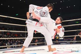 女子中学生でプロ柔術世界ジュニア優勝の木村由菜が果敢にソウザに挑む