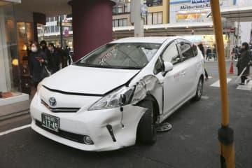 衝突したタクシー=22日午後、京都市